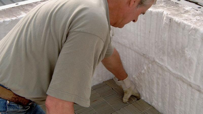 Der Austausch des keramischen Materials erhöht die Effizienz der neuen Anlage.